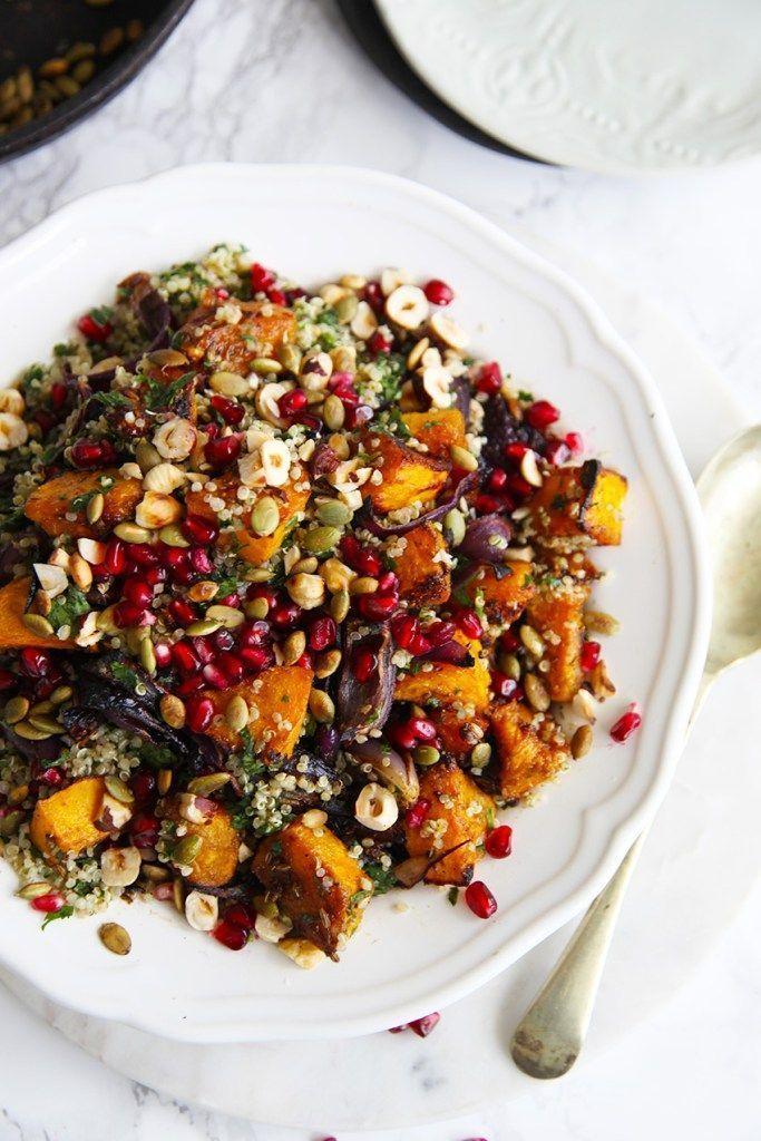 Gebratener Kürbis-Quinoa-Salat – verpackt mit Kräutern und garniert mit Pepitas, Pom