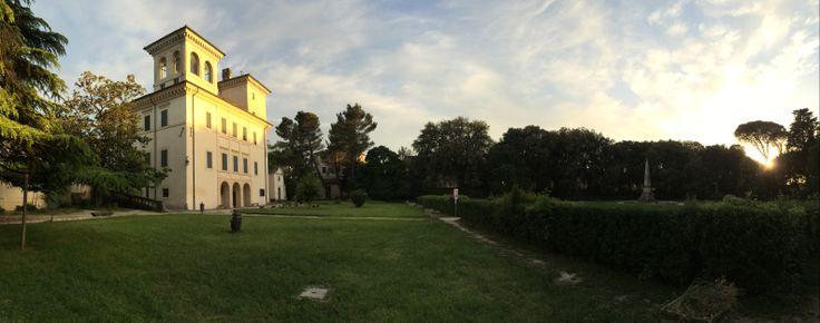 Villa Redenta, antica tenuta di epoca romana sita a nord di spoleto e circondata da un enorme parco ora pubblico. Villa adibita in passato ad ospitare personaggi importanti, accolti qui con grande sfarzo. Soggiornano qui, tra i tanti, Papa Pio VI, Papa Pio VII.