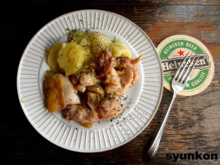 メインと付け合わせをレンジで一緒に加熱する、まさに「レンジで一発」のお役立ちレシピ。鶏肉にしっかり下味を付けてから、5分チンして完成!じゃがいもや玉ねぎにも鶏の旨味と味が染みて、煮込み料理のようにほっくりおいしく仕上がります。