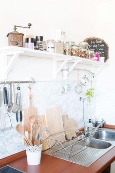 Alte 70er Jahre Küche günstig renovieren: mit Marmorfolie Fliesen überkleben und Küchenfronten mit weißem Lack streichen