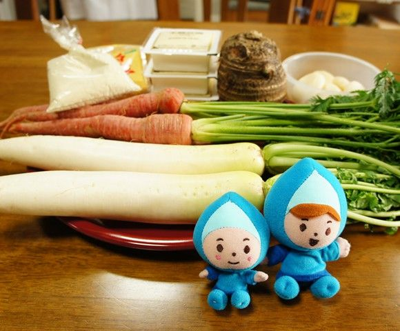 「きなこ雑煮」に使われている食材。すべて、奈良の地元で採れたもの 奈良時代から食べられ始めたとされる「きなこ雑煮」。中に入っているのは、夫婦円満を願う「丸餅」、家庭円満になるようにと輪切りにしただけの「細い大根」と「金時にんじん」、人の頭に立つようにと「かしら芋(里芋の親芋)」、白壁の蔵が建つようにと四角く切った「豆腐」。それらを煮たあとで「白みそ」を溶き、「青大豆のきなこ」につけて食べるといいます