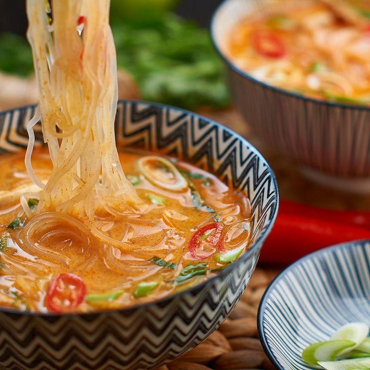 Rote Thai Curry Suppe mit gekochtem Hühnerfleisch und Pak Choi - Thai Red Curry…