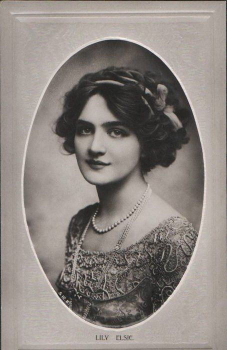 Lily Elsie, popular English actress and singer during the Edwardian era, best known for her starring role in the hit London premiere of Franz Lehár's operetta The Merry Widow. >> Olha esse cabelo! <3