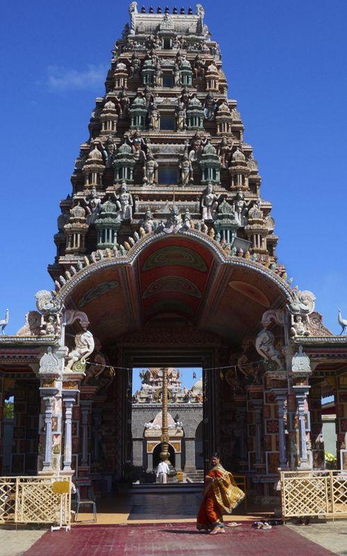Templo hindú en Isla Mauricio, un país con una increíble diversidad cultural. Los colores y tradiciones de estos templos dejan perplejo al viajero. ¿Más info? www.espressofiorentino.com