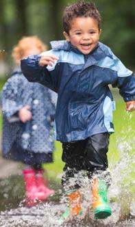 Buiten spelen in de regen!
