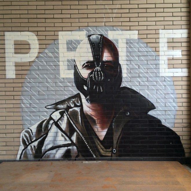 Dietro la porta c'è Batman. I graffiti nell'ospedale abbandonato