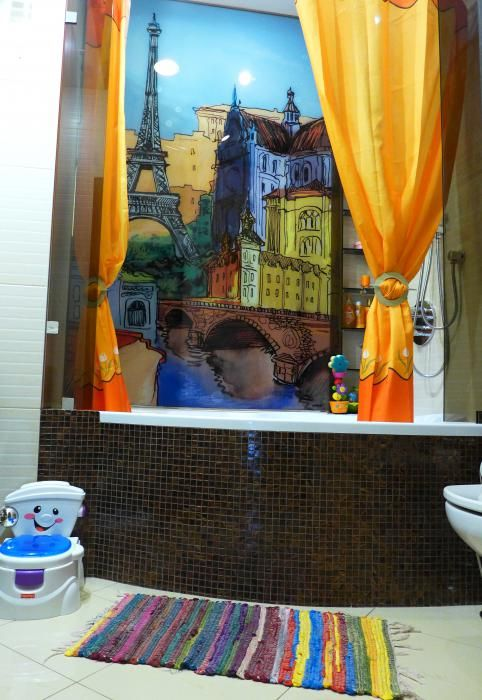 Интерьер ванной комнаты, роспись на стене ванной, яркая ванная комната фото, штора для ванной