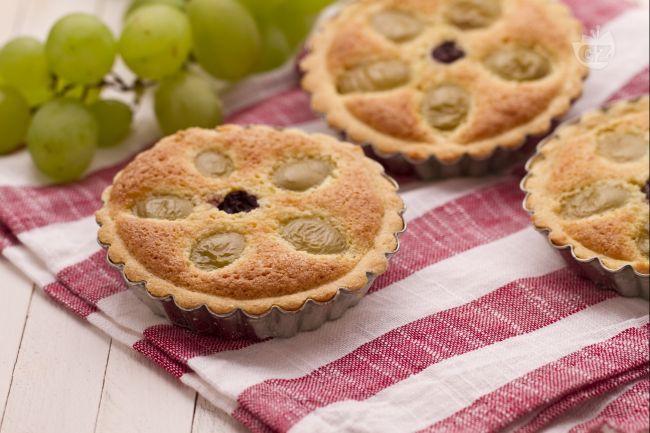 Le crostatine all'uva sono dei deliziosi dolcetti autunnali formati da una base di pasta frolla, profumata crema frangipane e croccanti acini d'uva.