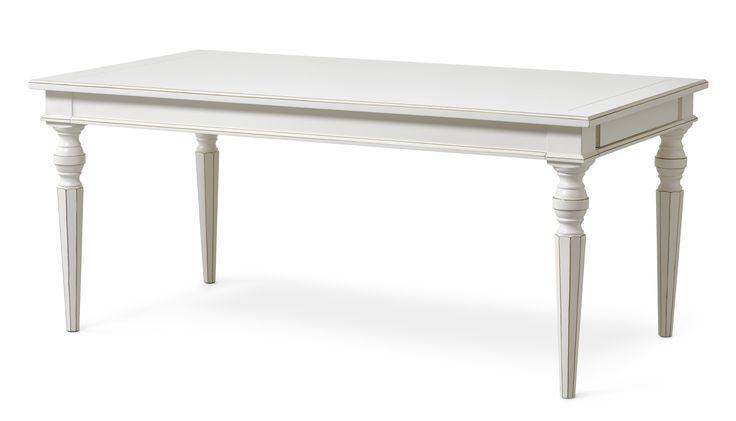 Paris är ett vackert matbord med fina detaljer såsom svarvade ben och fasade kanter. Det har två tilläggsskivor vilket gör att många kan trivas runt bordet samtidigt. Paris är en serie handgjorda unika möbler i klassisk romantisk stil. Varje möbel är ett fint handarbete vilket gör att små olikheter kan förekomma. Det är rejäla möbler i fin kvalitet.