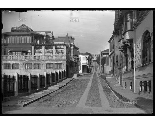 Calle de Cerro Alegre   ---   Fotog.: Einar Altschwager   ---   Fecha fotog.: 1930   ---  MHN