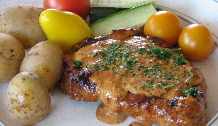 Mör och god fläskkotlett. Krämig grönmögelost i såsen gör susen. Ca 1 tim. i ugnen, men det är värt att vänta på. Ät tillsammans med potatis, ris eller pasta samt  grönsaker.