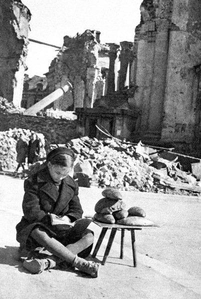 Znalezione obrazy dla zapytania Życie na gruzach Warszawy