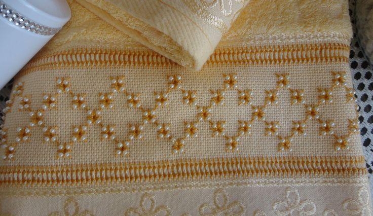 Toalha de rosto bordado com linha perlé e miçangas na cor dourado, marca Casa In ou Karsten Acabamento em guipir...