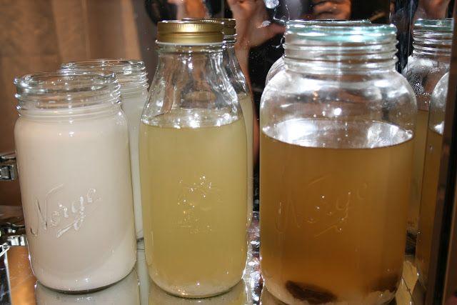De fleste har toalettartikler i skapet på badet. Jeg har flere satser med kefiri stedet ;-). Fra venstre: Kefir basert på melk, vannkefir på kokosvann og til sist vannkefir med aprikoser. Men de får stå på badet bare når det er så kaldt at ikke kefirkornene har... #fermentert #kursinfo #levendemat
