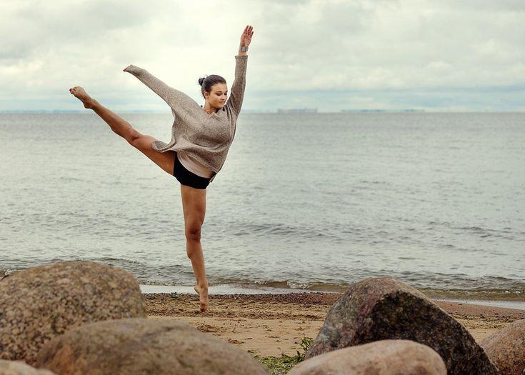 Dance, girl, sea