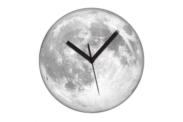 Moonlight Clock van Kikkerland. Een prachtige klok om te hebben. De maan zal schijnen voor maar liefst 4 uur lang, na 15 uur daglicht. #klok #huisdecoratie #cadeau #maan