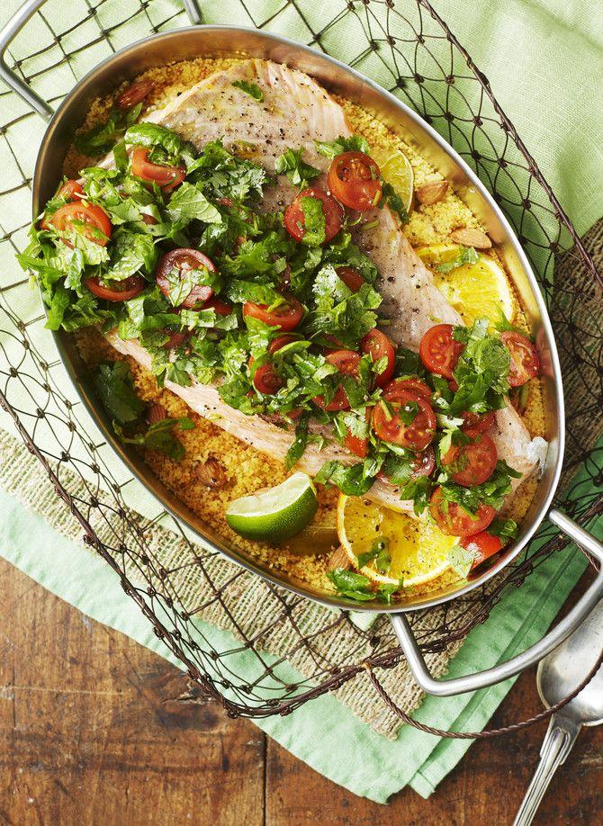 Raikas kuskus-uunilohi. Helppo uunilohi sisältää koko aterian, myös lisukkeen ja salaatin.