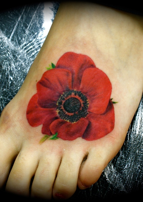 this poppy tattoo looks so real! love the tattoo not the placement though