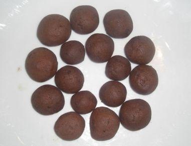 Die Minz-Täfelchen zerkleinern, mit Butter, Staubzucker und Salz vermischen. Das Ei verquirlen und kräftig unterrühren. Das Mehl und den Kakao