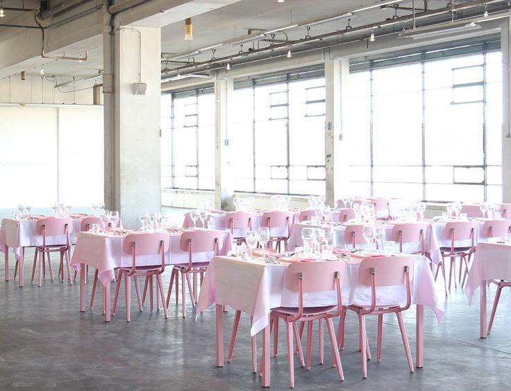 #Citroen #Amsterdam open, de allernieuwste #hotspot in Amsterdam. Alleen het interieur al is een festijn: een industrieel met flamingo-roze stoeltjes en strak witgedekte tafels. Een van de eigenaren van Hotel de Goudfazant heeft de oude Citroën-garage…