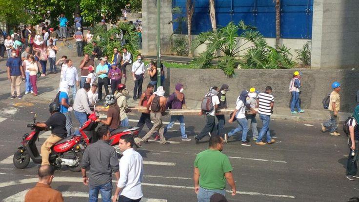 "CARACAS TOTALMENTE ENGOCHADA!!!!    A MAS REPRESION MAS BARRICADAS pic.twitter.com/q7nvITjIMj"""