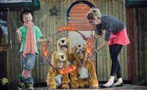 Klasse Thema für eine Kinderparty: Zirkus Kindergeburtstag. Ideen könnten sein: Zirkuszelt-Einladungen, Kostüme: Löwen, Dompteur, Hochseil-Ballerina, Artist, Zauberer, Hula Hoop Reifen basteln, Schminken wie ien Löwe zum Beispiel. Noch mehr Ideen gibt es auf www.Spaaz.de