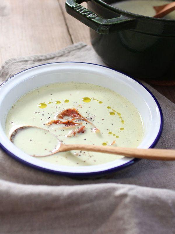 ブロッコリーのグリーンと生ハムのピンクのコントラストが、温かな春を感じさせるチーズポタージュ。  レシピはこちら