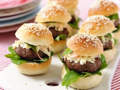 Hamburgare i miniformat. Namnet Popburger kommer från en hamburgerkedja i New York som gör liknande miniburgare. Frys in bullarna som är kvar till nästa gång det vankas brunch, eller gör dubbel sats burgare och coleslaw.