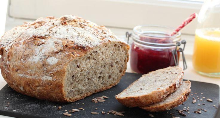 Dette eltefrie brødet er utrolig luftig og godt på smak. Jeg har benyttet blant annet fibramel, som er hele hvetekorn som er malt til ekstra fint mel. De tre frøsortene setter en god og nøtteaktig smak. Et ypperlig mellomgrovt brød til lange, late helgefrokoster.