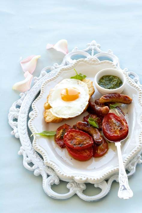 Fried-egg croissant with pesto tomatoes and chipolatas