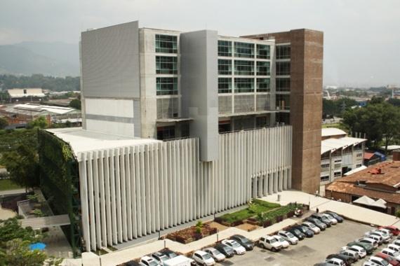 Bloque Escuela de Ingeniería. Universidad Eafit. La Universidad invirtió 12.000 millones de pesos en el desarrollo de este bloque inspirado en la vanguardia y la innovación. El bloque está conformado por cinco pisos y tiene un laboratorio de sísmica, el cual es el más grande de Latinoamérica.