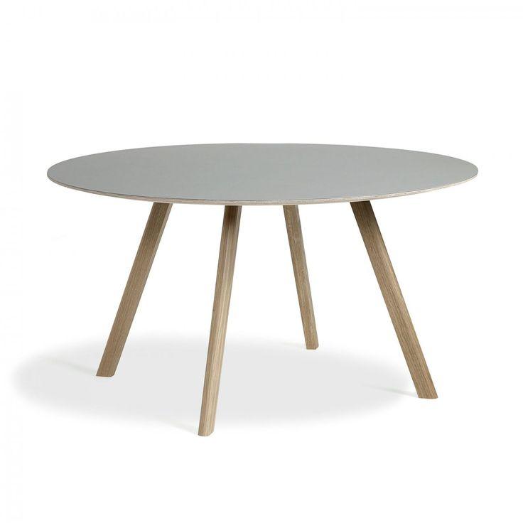 CPH25, runt matbord ur kollektionen Copenhague från HAY. Underredet är tillverkat av massiv ek och går att få i fyra olika ytbehandlingar. Välj mellan flera olika utföranden på bordsskivan.Kollektionen Copenhague är formgiven av designduon Ronan och Erwan Bouroullec, avsedd för Köpenhamns nyligen renoverade universitet. Utgångspunkten för denna kollektion är stolen Copenhague som är baserad på en gammal universitetsstol, som i sin tur är inspirerad av arkitekten Bernt Pedersens berömda…