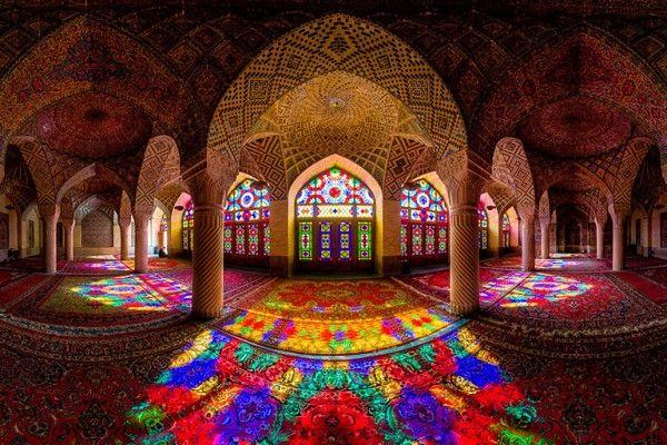 Chiraz, ville du sud-ouest de l'Iran abrite quelques bijoux architecturaux dont la mosquée Nasir ol-Molk. Construite au XIXème siècle, elle a été restaurée en 2011. Au-delà de sa beauté extérieure, c'est en son sein que le trésor se trouve !  Composée de magnifiques vitraux, chose assez rare pour une mosquée, elle offre au lever du soleil un intérieur bariolé et kaléidoscopique incroyable ! Arcades, niches, colonnes, mosaïques tout s'illumine le temps d'un instant.