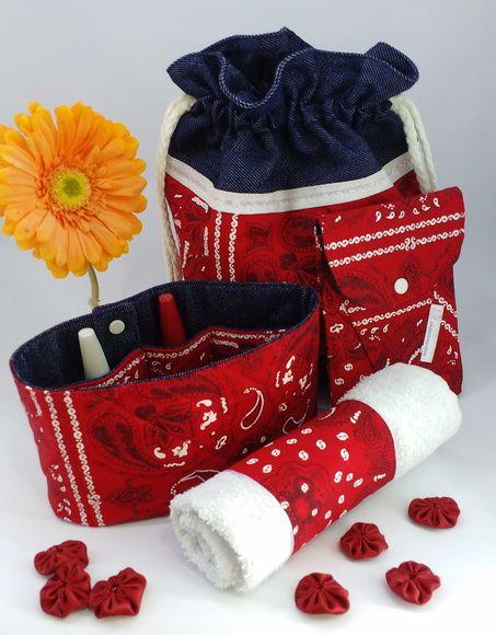 Porta kit manicure com 4 (quatro) peças: sacolinha jeans dupla com 2 (dois) cordões e aplique de algodão (Diâmetro = 50cm/Altura = 28cm); porta esmalte em tecido de algodão com manta e matelassê do lado externo e jeans do lado interno, possui 7 (sete) espaços para esmalte e dois botões de pressão...