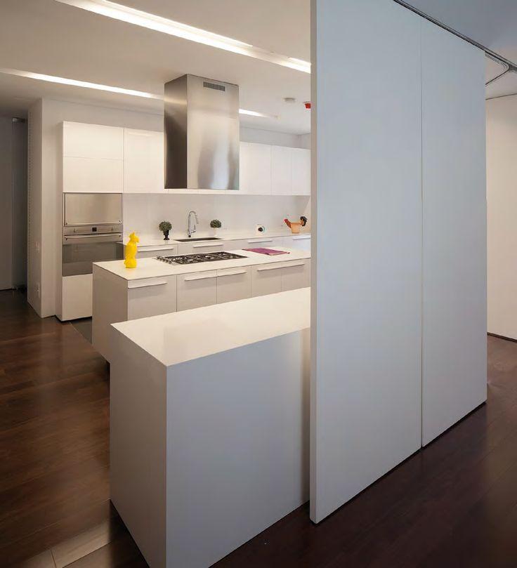 Muebles a medida, aparatos de calidad, durabilidad y bajo mantenimiento de los materiales, gabinetes de almacenamiento, zonas amplias para trabajar y tecnología de punta. Puntos focales para una cocina ideal, eficiente y deslumbrante