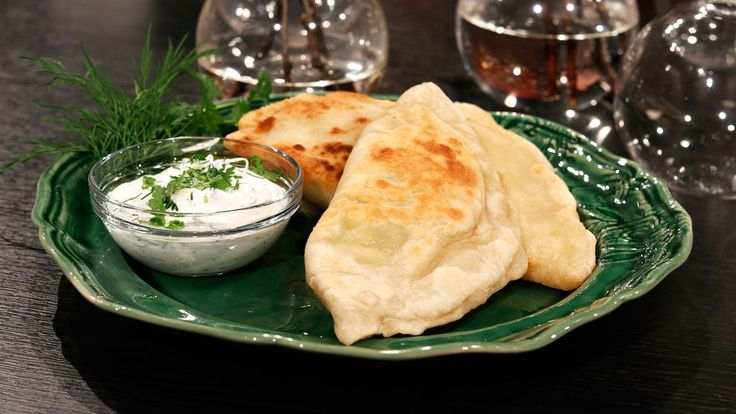 Dessa fyllda bröd är favoriten bland de afghanska ungdomar som kommit och lagat mat med mig. Oftast fyller man dem med kokt potatis men de går att variera med spenat till exempel. Ät dem varma med örtyoghurt till.