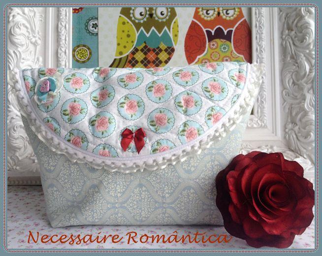 Ahhh, quem não gosta de uma necessaire romântica? Eu tenho várias!!! Para presentear então…. fica uma dica, coloque uma toalhinha bordada dentro, um sachê ou sabonete bem cheiroso com uma flo…