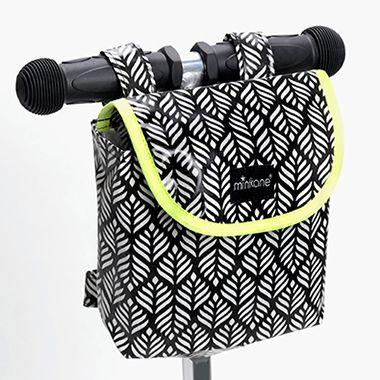 Sacs à guidons. Dimensions : 16cm x 17cm x 6cm. Universels, les sacs à guidons s'adaptent aussi bien aux trottinettes, vélos et draisiennes. Pratiques pour avoir les poches vides et les mains libres! On peut y ranger clés, goûter, DS, téléphone portable…