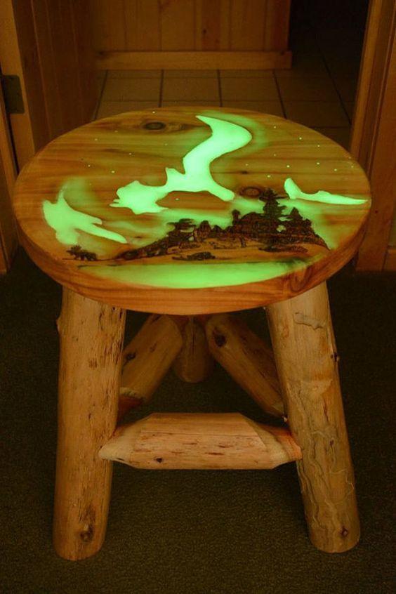 Прекрасная иллюстрация применения светящихся материалов с изделиеми из дерева. Люминофор ТАТ 33 - светящийся порошок смешивается с эпоксидой смолой и аккуратно заливается в заранее приготовленные выемки. Смотрится очень красиво!