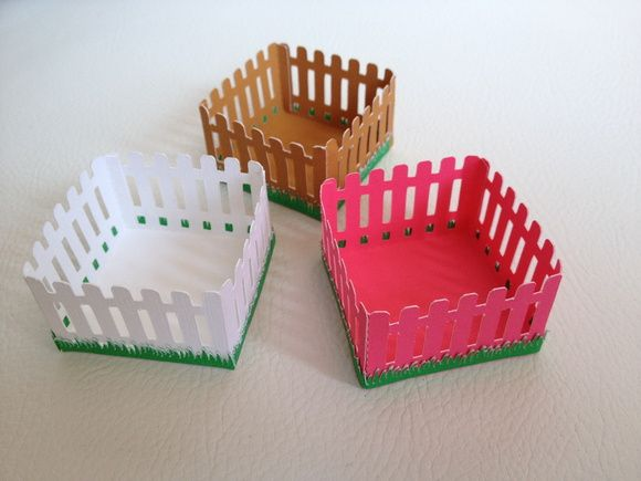MODELO F20  Material utilizado: Papel de 180 gramas.  Todos os modelos em papel liso, nas cores, branco, preto, azul claro, azul royal, vermelho, amarelo, verde, lilás, pink, rosa claro, laranja, marrom e creme.  Pedido mínimo: 30 unidades do mesmo padrão, podendo ser em 3 cores diferentes.  MEDIDAS: BASE: 3,5 X 3,5 CM ALTURA: 2,5 CM   Frete não Incluso.