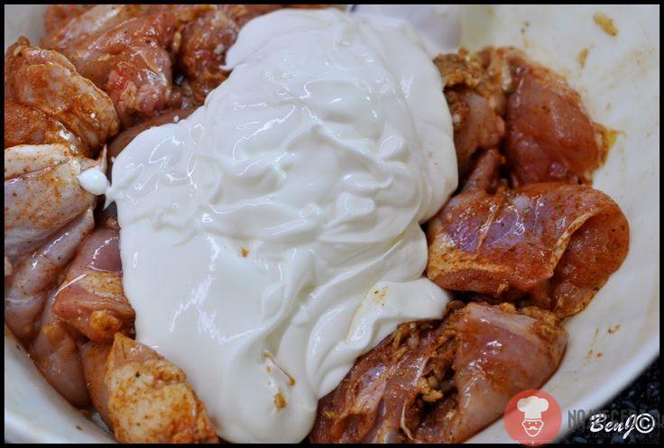 Recept na vynikajúce Kuracie stehná v jogurte. Jemnú chuť kuracieho mäsa dopĺňa exotické korenie a zjemňuje biely jogurt.