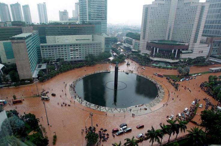 KOMPAS - Todays Photo | Jantung Kota Jakarta Lumpuh Direndam Banjir