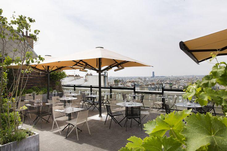 Les rooftops à Paris ne courent pas les toits. Pourtant, ces dernières années, les bars de la capitale se sont inspirés de la mode new-yorkaise pour ouvrir quelques bars rooftops parisiens. Avec une vue souvent imprenable sur la dame de fer et sur les toits de zinc parisiens, les toits terrasses de Paris permettent de prendre de la hauteur le temps d'une soirée. Vous cherchezun rooftop parisien ? Vous devriez trouver dans notresélection des bars sur les toits deParis.
