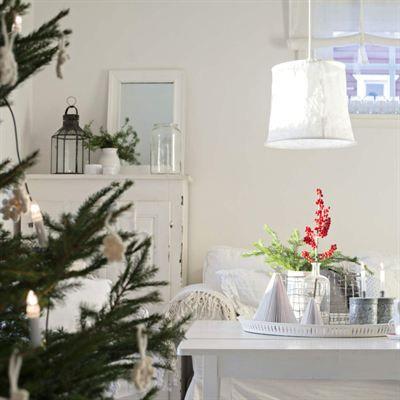 """HÄR ÄR FAMILJEN SOM FIRAR JUL I TRE MÅNADER: I vardagsrummet myser familjen bland kuddar och filtar. Skåpet är ett blocketfynd. Taklampan är en linneskärm från Watt & veke. [...]Efter nyårshelgen är julen över. Smågranar och hyacinter åker ut och in kommer vårens vita krispiga tulpaner i stället. """"När december går över i januari har vi firat jul i nästan tre månader, då är vi nöjda och ser fram mot våren. Julmagasinen buntas ihop och så sparar jag dem omsorgsfullt tills det är dags att…"""