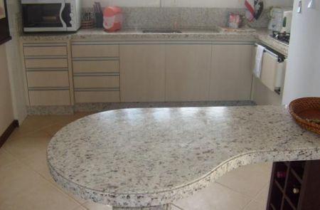Granito Branco Marfim_Com pontos bem marcados, o Branco Marfim também é uma ótima opção para bancadas de cozinha.