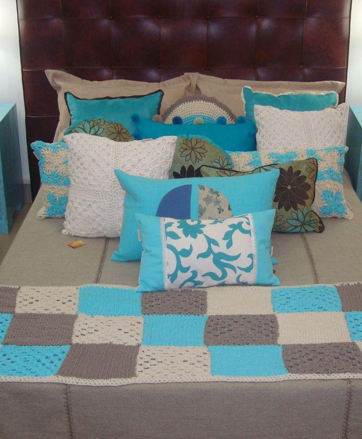 Pie de cama tejido a mano en algodon patch color turquesa y almohadones haciendo…