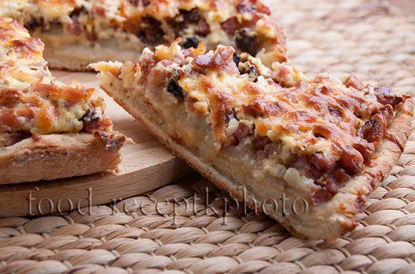 Картофельный пирог с колбасой и сухими грибами
