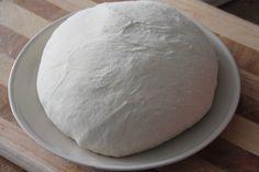 So sieht ein fertiger ganzer Pizzateig aus. Er reicht für etwa 6 Pizzen, doch wie du weiter unten noch erfahren wirst, macht es Sinn den Teig nach dem Kneten direkt zu portionieren.
