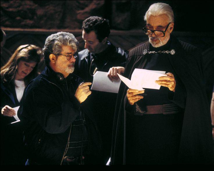 "George Lucas e Sir Christopher Lee conferindo o roteiro de ""Star Wars Episódio II: Ataque dos Clones"" (2002)"