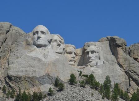 Mont Rushmore représentent les portraits des présidents américains George Washington, Thomas Jefferson, Théodore Roosevelt et Abraham Lincoln.